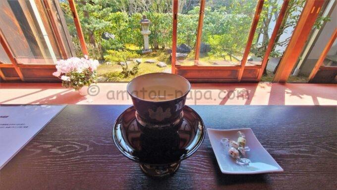 アメックの高台寺塔頭 圓徳院「京都特別観光ラウンジ」で提供された昆布茶とお茶菓子と庭園