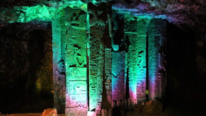 地底王国美川ムーバレーの石柱の回廊