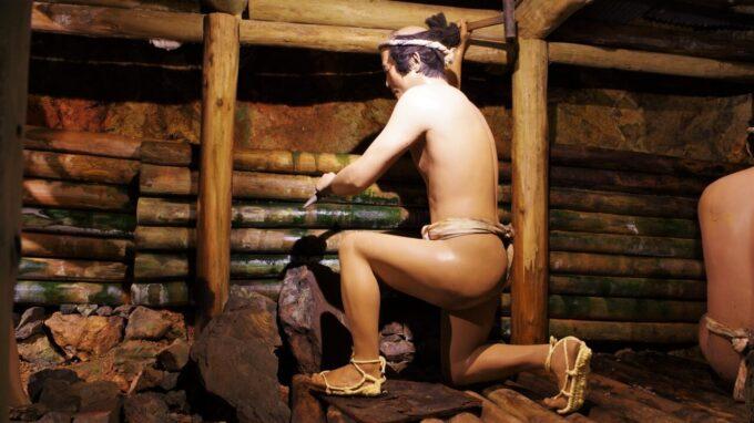 土肥金山の蝋人形による砂金掘りの再現