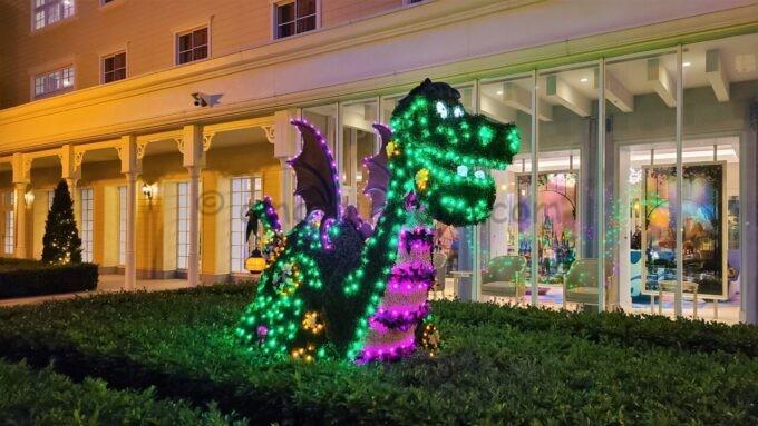 東京ディズニーセレブレーションホテル ウイッシュの中庭のドラゴンのライトアップ
