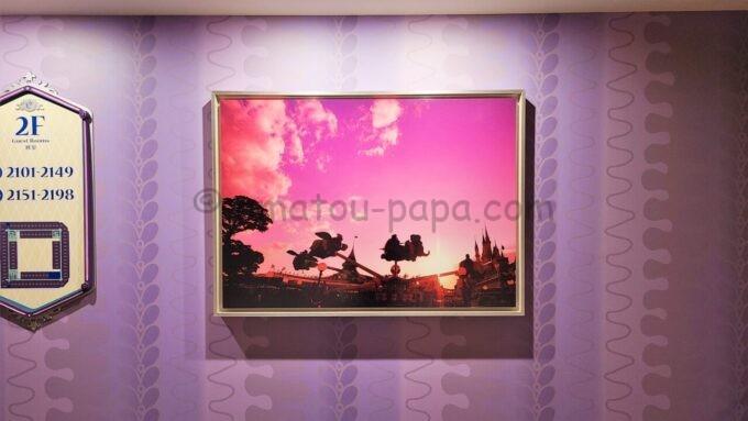 東京ディズニーセレブレーションホテル ウィッシュの2階エレベーターホール前の写真(東京ディズニーランドの空飛ぶダンボ)