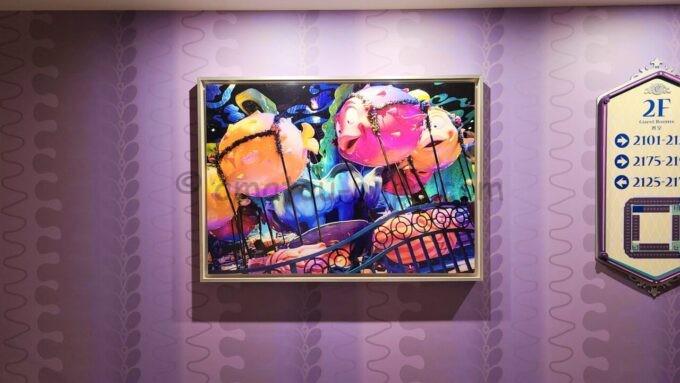東京ディズニーセレブレーションホテル ウィッシュの2階エレベーターホール前の写真(東京ディズニーシーのブローフィッシュ・バルーンレース)