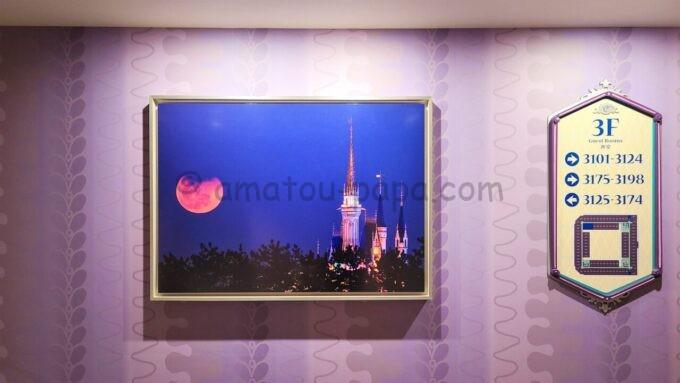 東京ディズニーセレブレーションホテル ウィッシュの3階エレベーターホール前の写真(東京ディズニーランドのシンデレラ城のライトアップ)