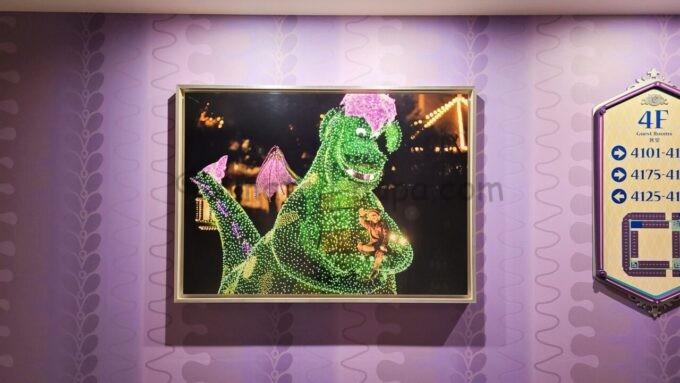 東京ディズニーセレブレーションホテル ウィッシュの4階エレベーターホール前の写真(東京ディズニーランドのエレクトリカルパレードのドラゴン)