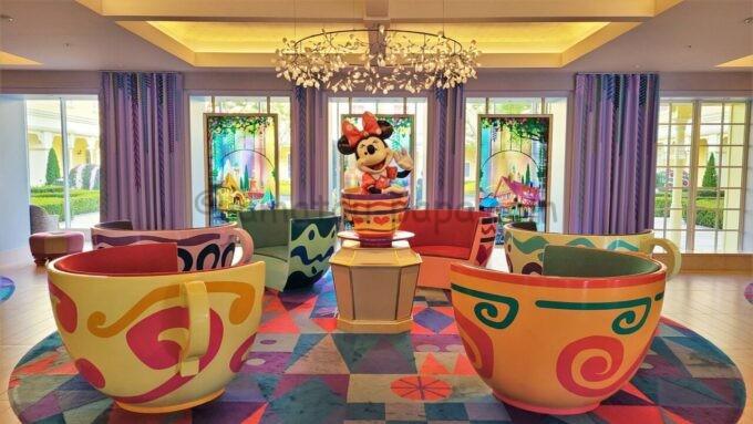 東京ディズニーセレブレーションホテル ウィッシュのロビー(ミニーとコーヒーカップのオブジェ)