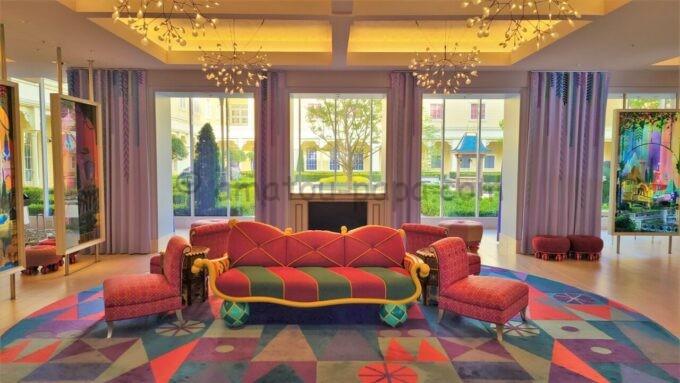 東京ディズニーセレブレーションホテル ウイッシュのロビーにあるジャスミンのフライングカーペットをモチーフにしたソファー