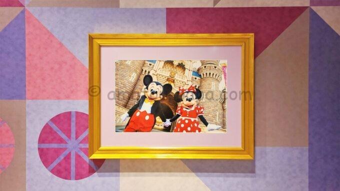 東京ディズニーセレブレーションホテル ウィッシュの朝食会場「Wish Cafe(ウィッシュ・カフェ)」に飾られているミッキーとミニーの写真