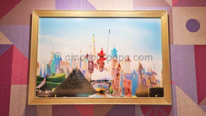 東京ディズニーセレブレーションホテル ウィッシュの朝食会場「Wish Cafe(ウィッシュ・カフェ)」に飾られているネズミのティモシーとイッツ・ア・スモールワールドの写真