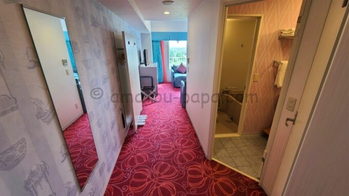 東京ディズニーセレブレーションホテル ウイッシュのスーペリアルームの鏡とバスルーム