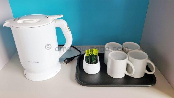 東京ディズニーセレブレーションホテル ウイッシュのスーペリアルームの電子ケトルと煎茶とコップ