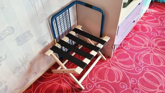 東京ディズニーセレブレーションホテル ウイッシュのスーペリアルームの荷物置き場とベッドガード
