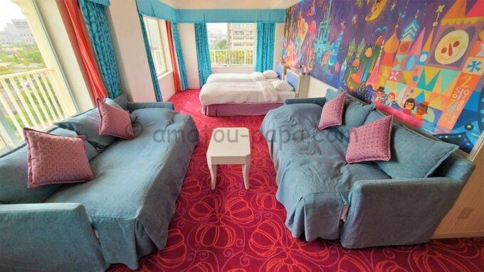 東京ディズニーセレブレーションホテル ウイッシュのスーペリアルームのデイベッドと机